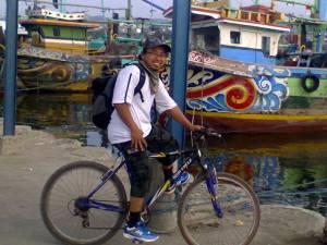berfoto di pelabuhan nelayan, Brondong
