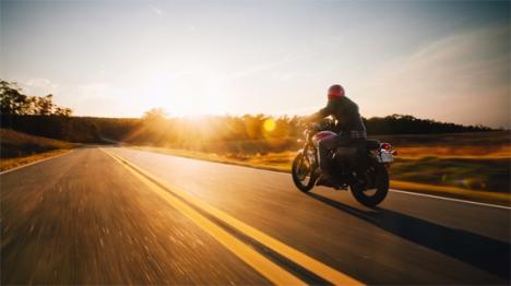 naik sepeda motor.jpg