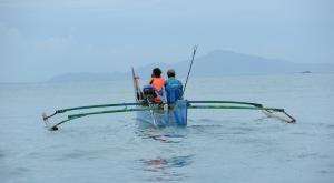 nelayan naik sampan